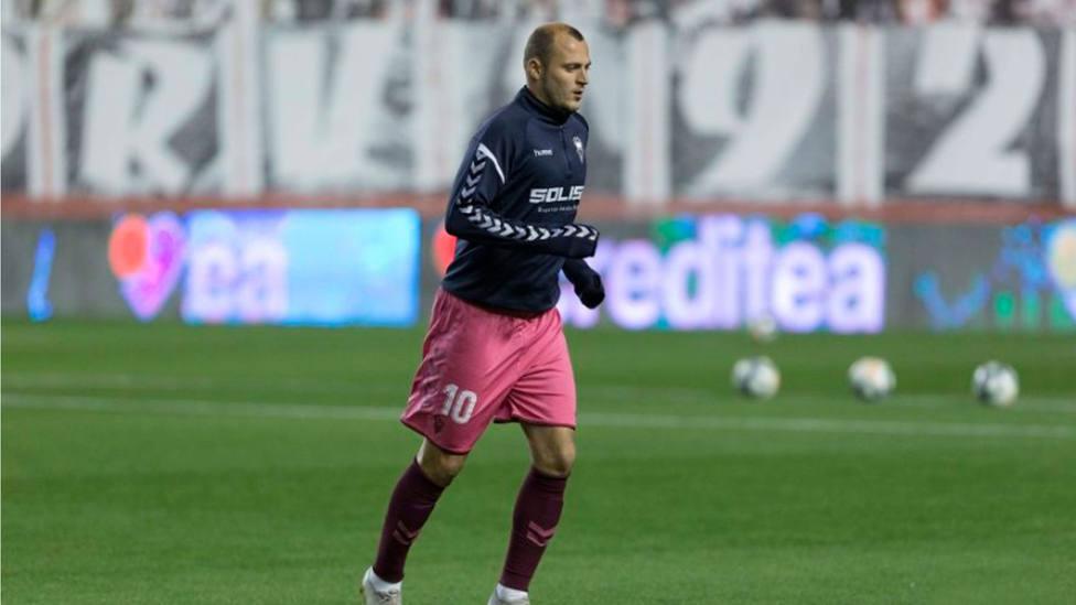 Roman Zozulya calienta en el Estadio de Vallecas (@LaLiga)