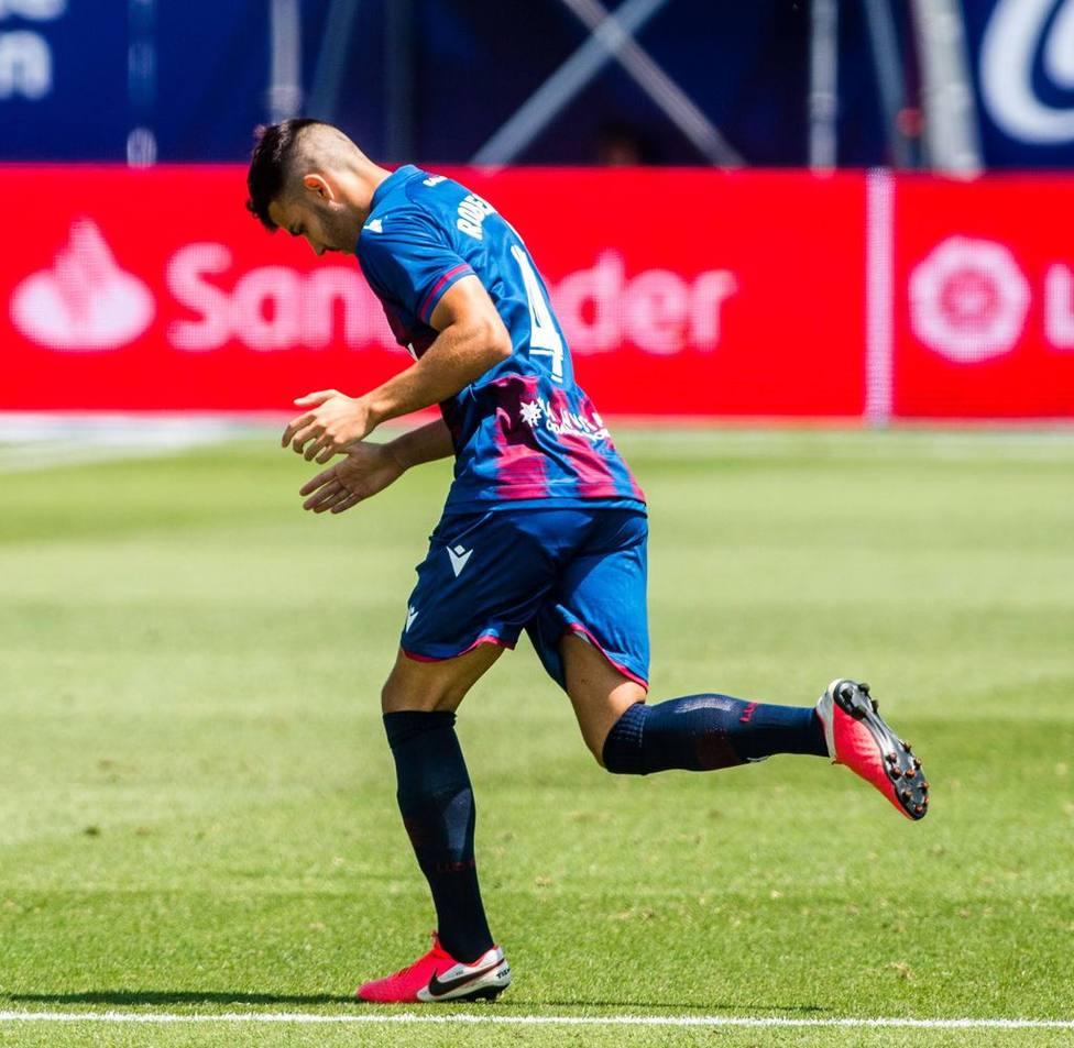 Rober Pier salta al campo ante el Real Betis