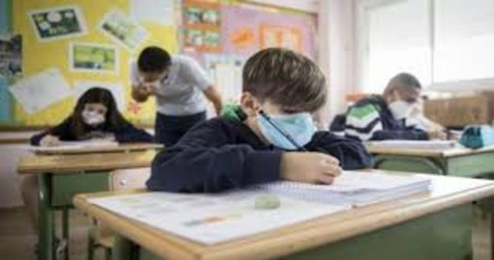 alumno en aula con mascarilla
