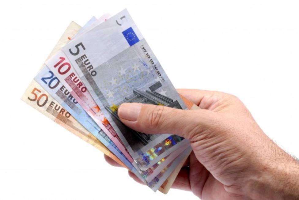 ctv-92r-dinero-mano-sosteniendo-billetes-euro 1101-411