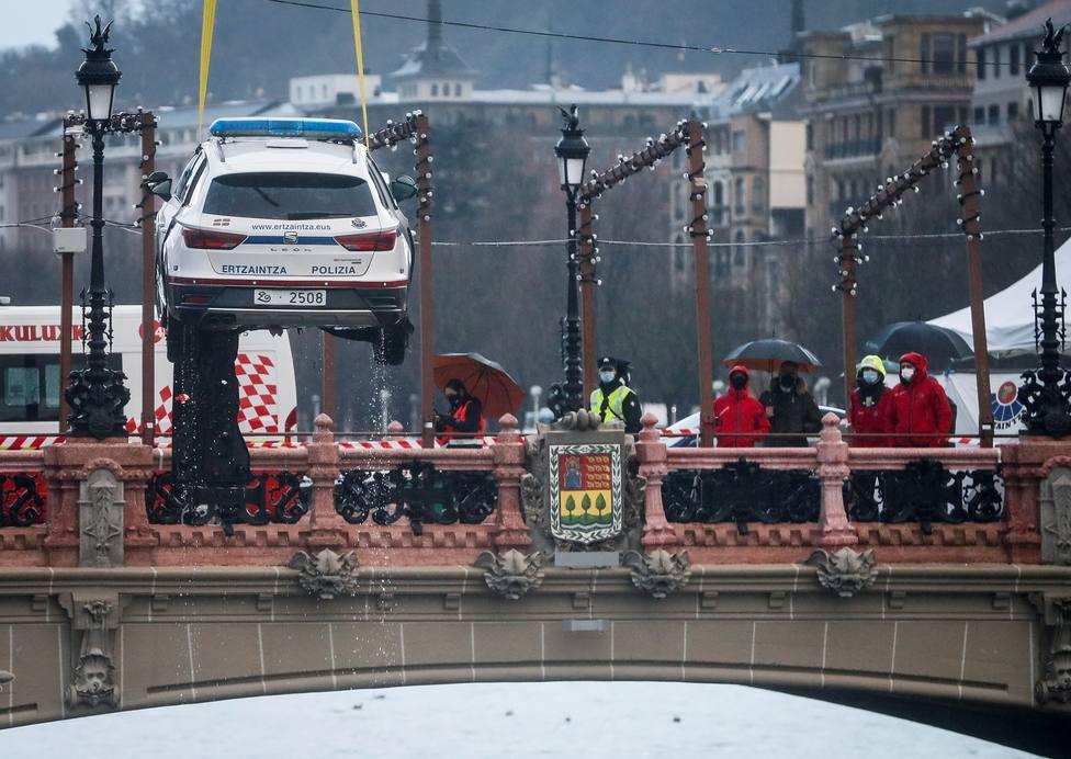 Rescatado el cuerpo del agente caído al río Urumea en el interior del coche
