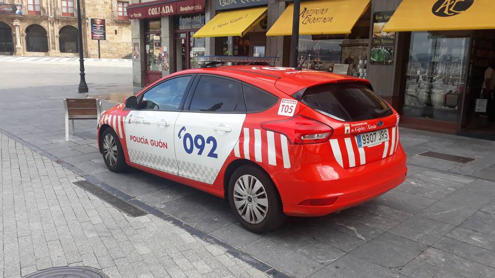 Foto coche de la Policía Local en una calle de Gijón