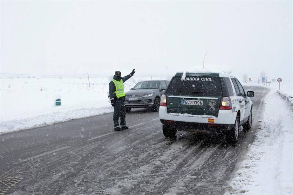 La Guardia Civil ayudando a los conductores