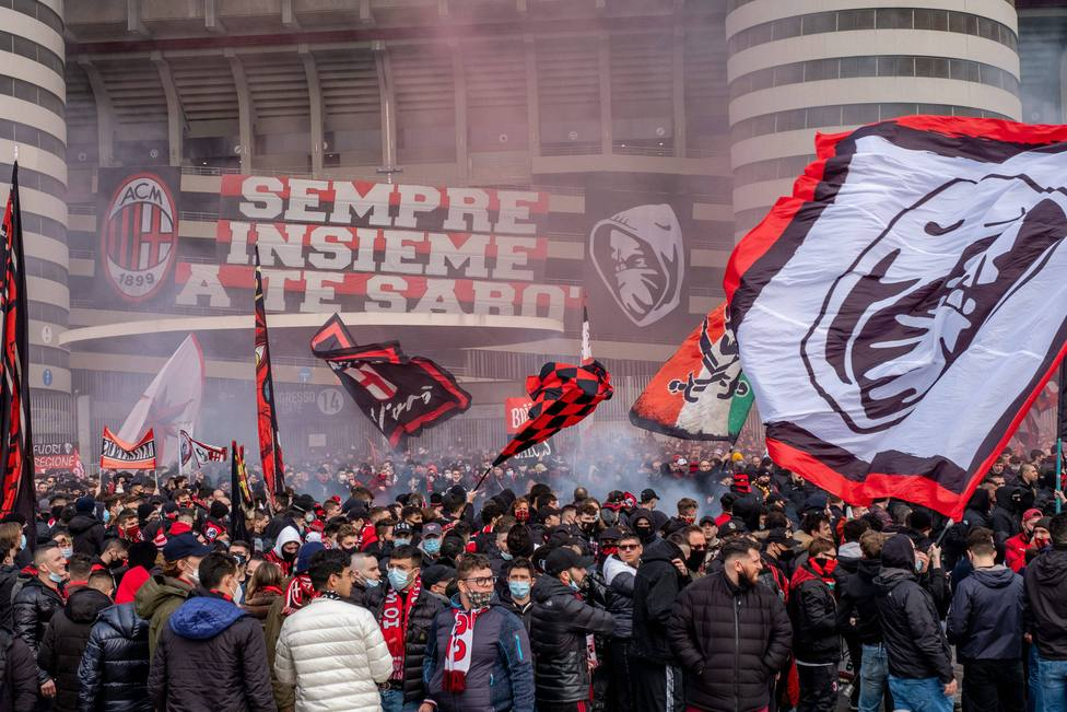 Afcionados del Milán en los alrededores de San Siro