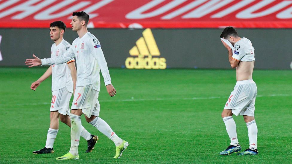 La Selección Española toma camino del túnel de vestuarios tras empatar frente a Grecia en Granada. CORDONPRESS