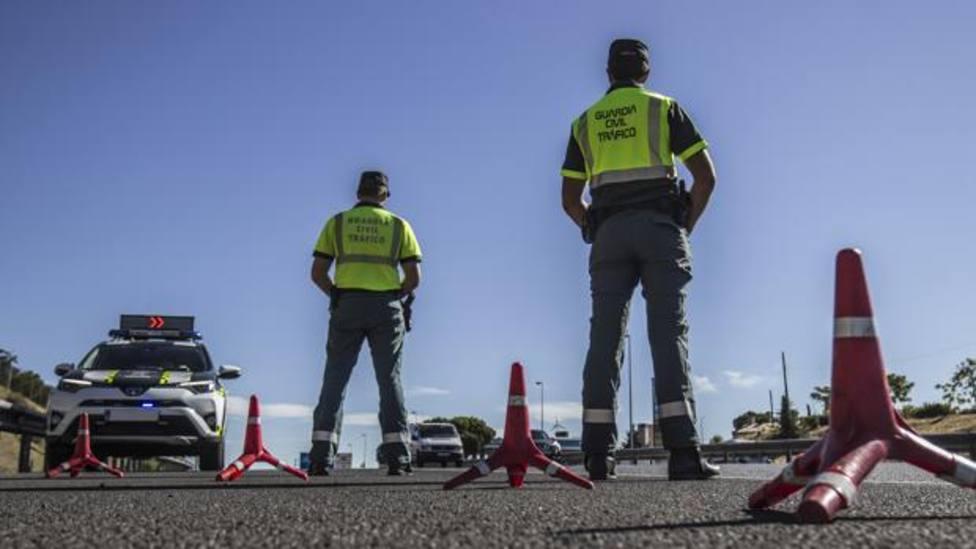 La Guardia Civil de Tráfico revisará muchos coches en carretera.