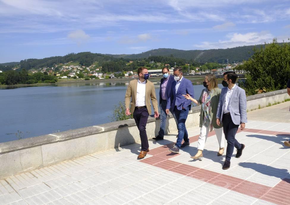 La comitiva visitó como y comprobó como quedó la zona tras los trabajos - FOTO: Xunta