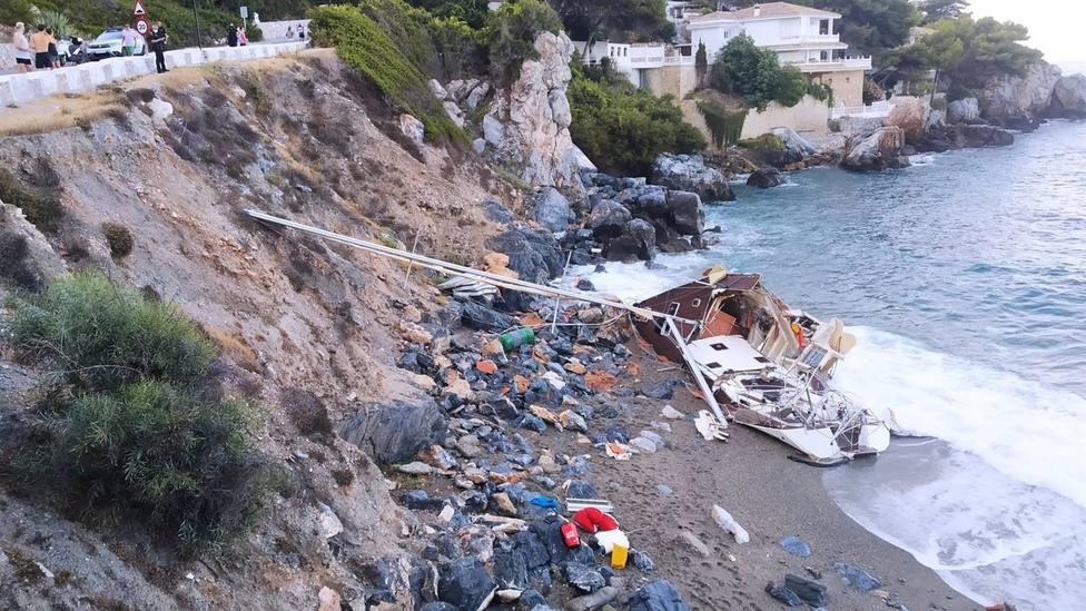 Granada.- Comienzan a retirar los restos de un velero encallado en una playa de La Herradura