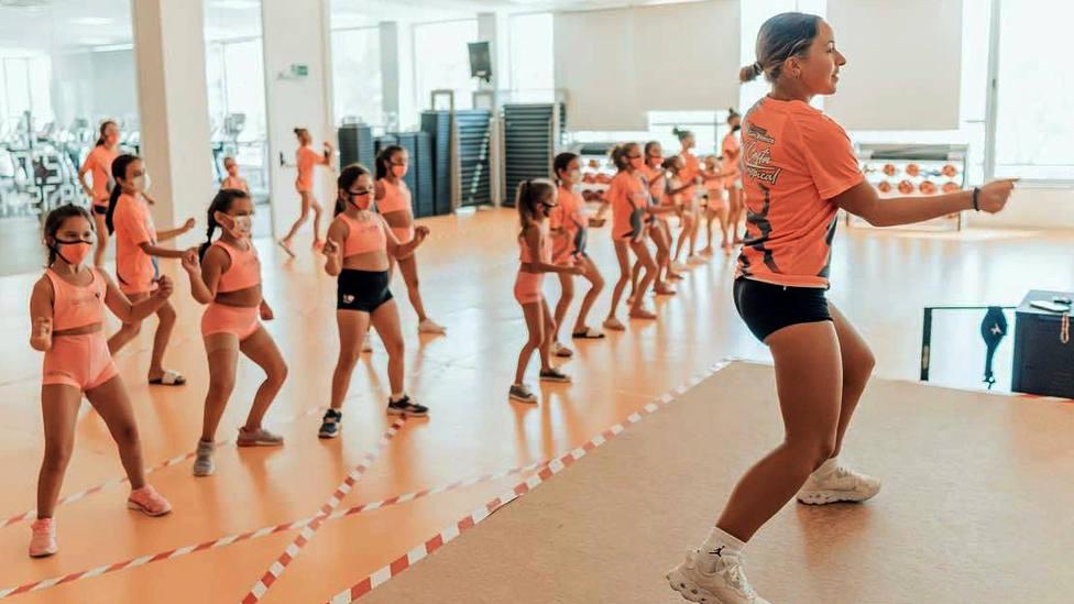Una treintena de deportistas disfrutaron del II Campus Costa Tropical de Gimnasia Rítmica