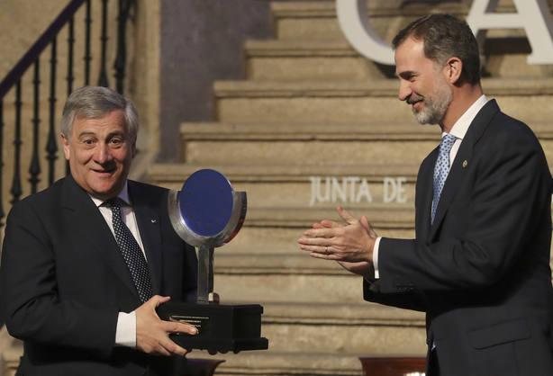 Antonio Tajani recoge el premio Carlos V de manos del Rey Felipe VI. EFE