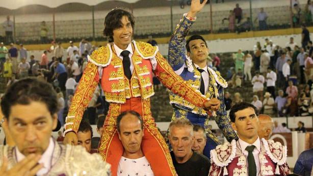 Curro Díaz y José María Manzanares en su salida a hombros en Linares