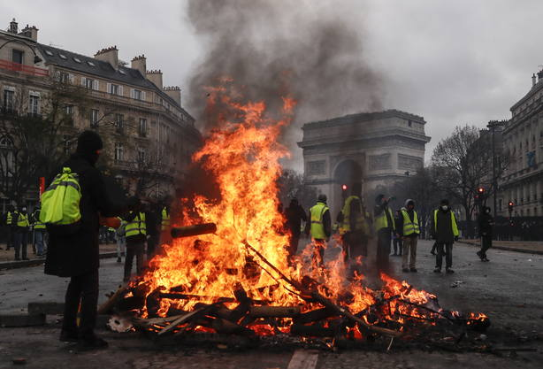 Los chalecos amarillos protestan en París