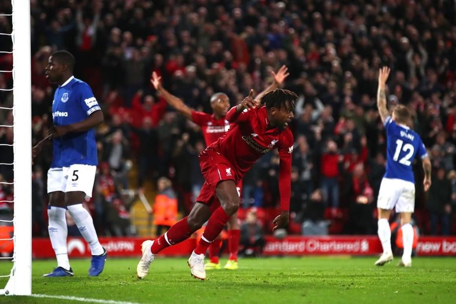 (Crónica) El Liverpool sigue la estela del líder tras ganar in extremis el derbi de Merseyside