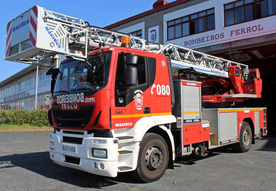 Camión-escalera de los Bomberos de Ferrol ante el parque de A Gándara