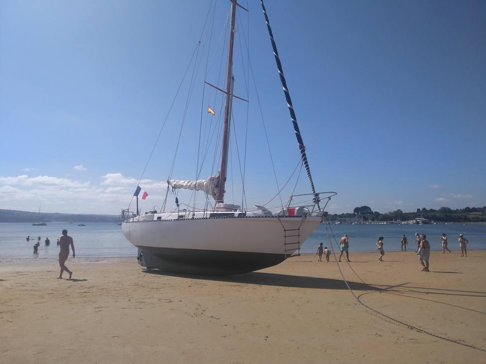 La presencia del barco de recreo levantó expectación en el arenal - FOTO: Cope Ferrol