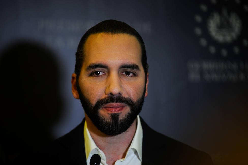 Bukele sube el salario a partir de enero a policías y militares en El Salvador