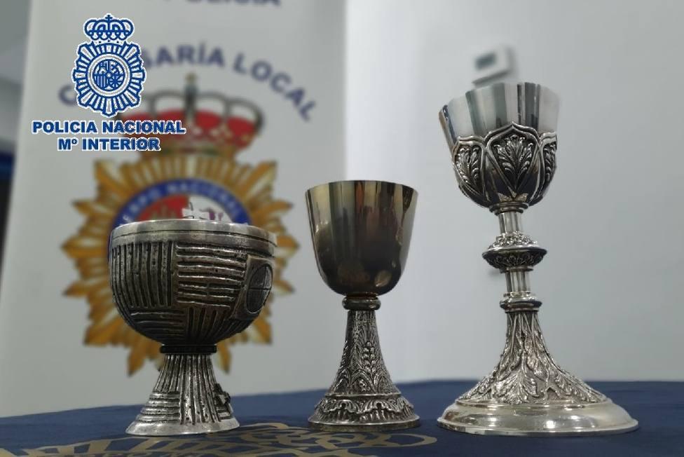Los tres Cálices valorados en 1500 euros sustraídos de la sacristía de una iglesia.