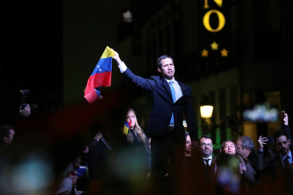 5.000 personas arropan a Juan Guaidó en la Puerta del Sol gritando por la democracia en Venezuela