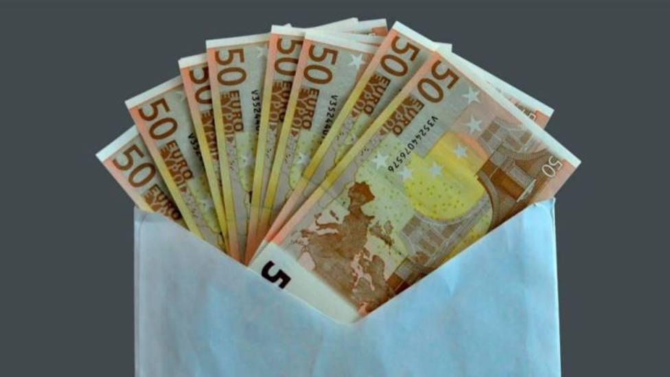 Foto de archivo con un sobre con dinero