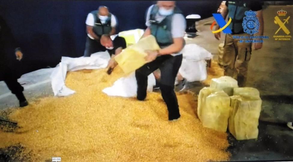 Intervienen más de 1.200 kilos de cocaína oculta entre sacos de maíz en un barco de Brasil destino Cádiz