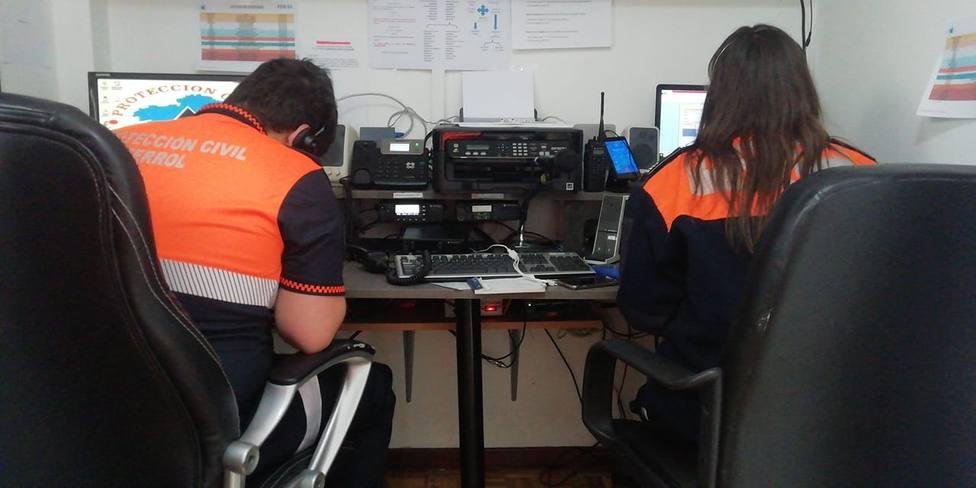 Foto de archivo de dos voluntarios de Protección Civil Ferrol en su base - FOTO: Protección Civil Ferrol