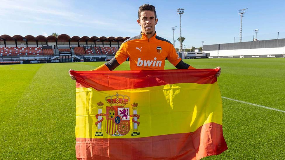 Gabriel Paulista posa con la bandera de España en las instalaciones del Valencia (FOTO: Valencia CF)