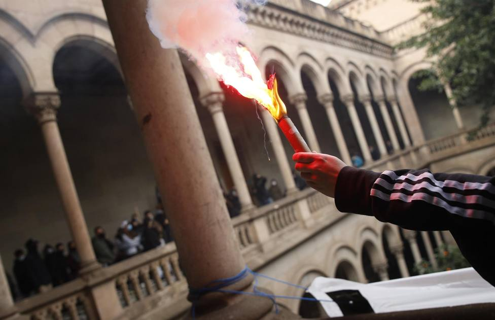 Acción de los manifestantes del SEPC en el interior de la UB - KIKE RINCÓN - EUROPA PRESS