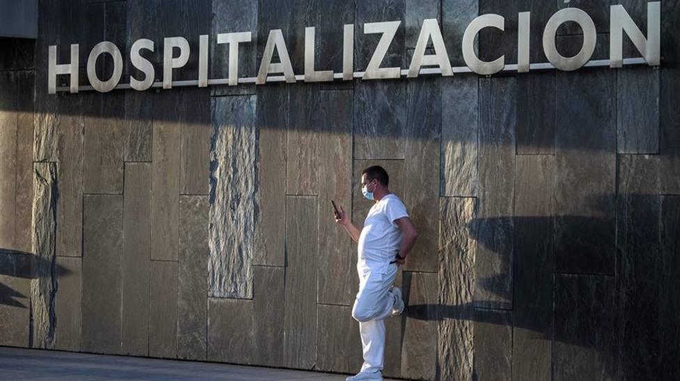 Un sanitario,descanasa en el exterior del Hospital Universitario Central de Asturias (HUCA)