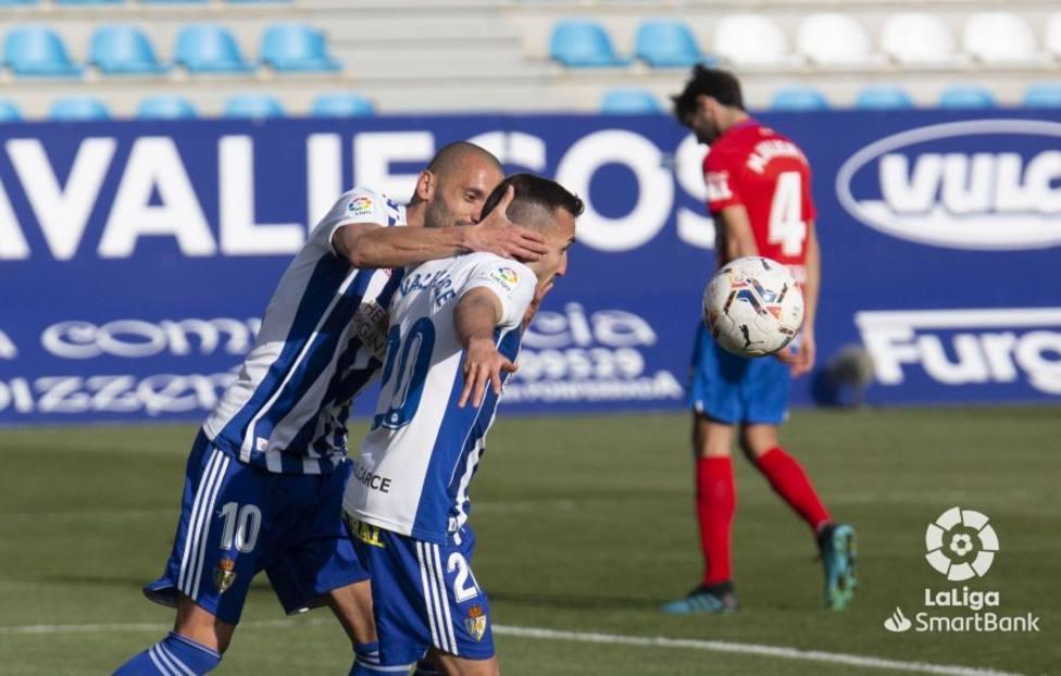 Los jugadores de la Ponferradina celebran uno de sus goles