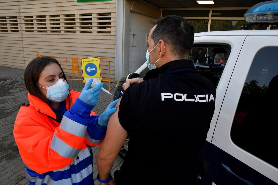 PSOE y Podemos votan en contra de reconocer a los agentes fallecidos por Covid como caídos en acto de servicio