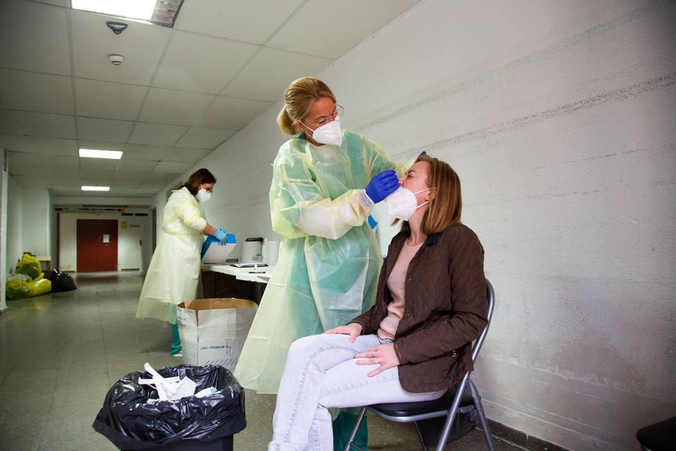 Una sanitaria realiza una prueba PCR - FOTO: Europa Press / Javier Pulpo