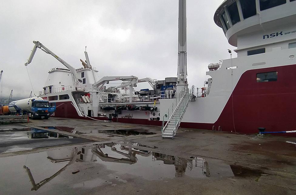Operación de suministro de gas natural licuado a un carguero de pescado. FOTO: Autoridad Portuaria de Ferrol