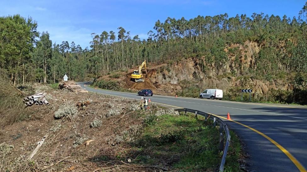 Los trabajos avanzan a la salida del núcleo de Valdoviño - FOTO: Xunta