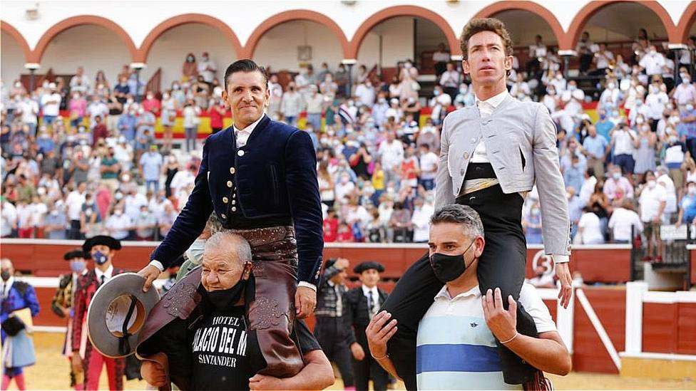 Diego Ventura y Leonardo Hernández en su salida a hombros este domingo en Soria