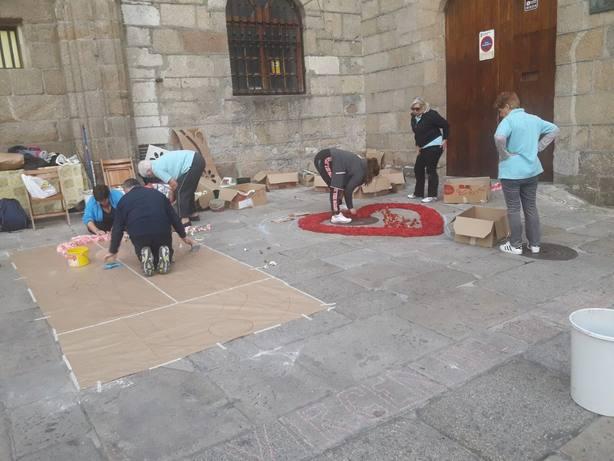 El alcalde de La Coruña, obligado a pedir perdón tras destruir la alfombra floral del Rosario