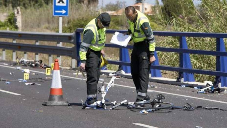 La Guardia civil en el lugar donde atropellaron a un ciclista