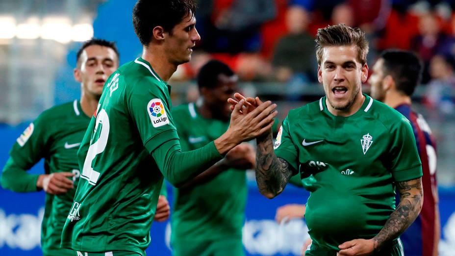 Álvaro Jimenez, del Sporting, celebra un gol en Ipurua. EFE