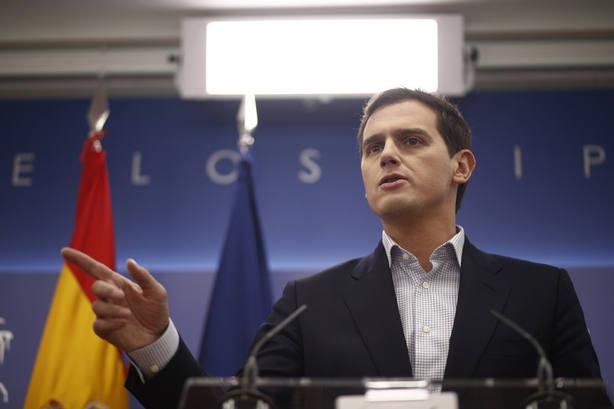 Rivera se pregunta si Alfonso Guerra también es extrema derecha tras el repaso que dio a Sánchez
