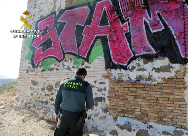 La Guardia Civil investiga al presunto autor de los grafitis de la ermita de San Giné de la Jara