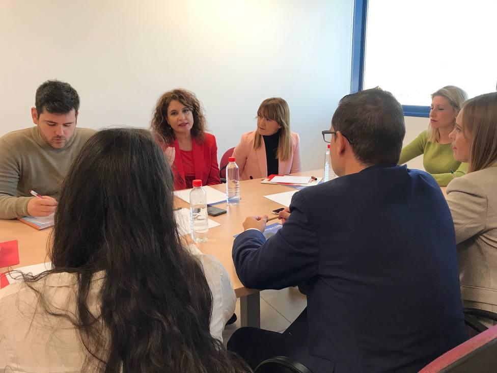 La ministra de Hacienda recoge peticiones de AJE y se compromete con la cotización de los autónomos