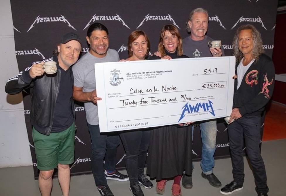 El grupo Metallica dona 25.000 euros a la asociación Calor en la Noche, de Cádiz