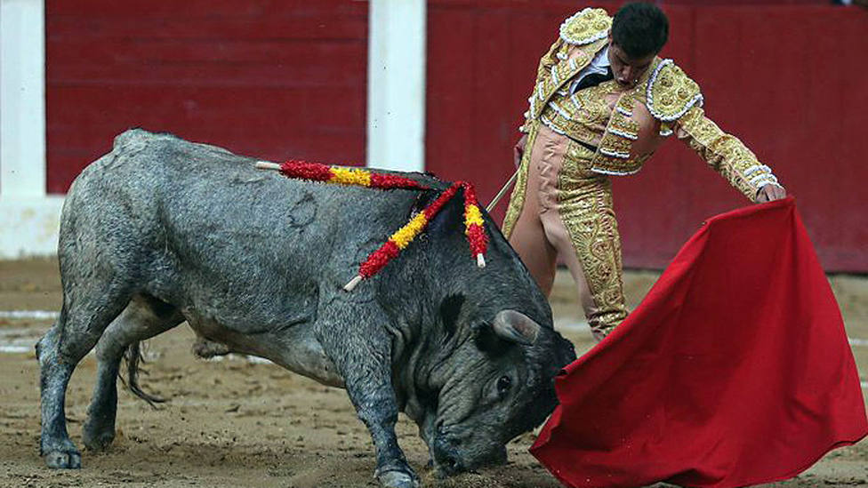 Templado natural de Rubén Pinar al sexto toro de Adolfo Martín al que cortó una oreja