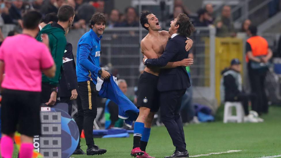 Candreva celebra con Antonio Conte el gol del triunfo ante el Dortmund. CORDONPRESS