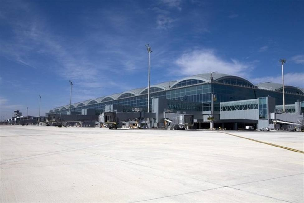 Un incendio afecta al techo de la terminal del aeropuerto de Alicante-Elche, que está siendo desalojado