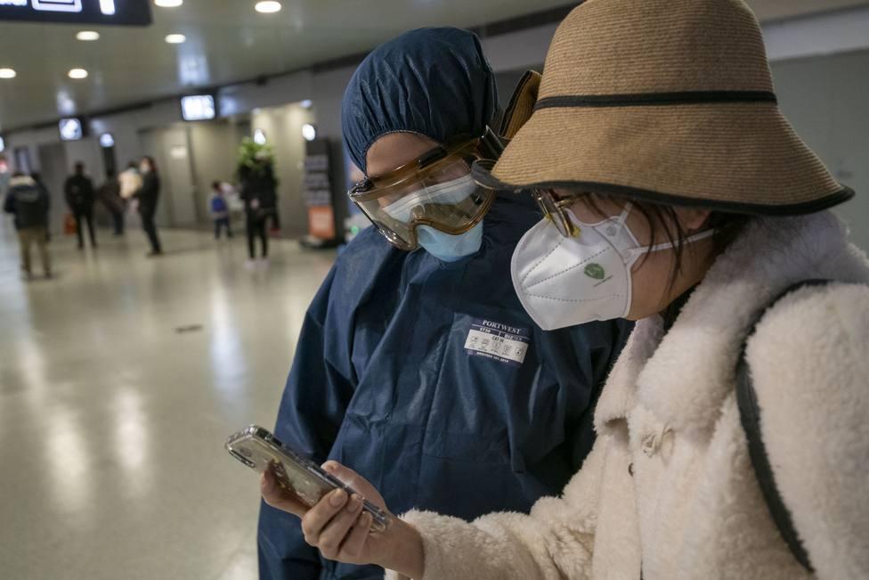 China eleva los muertos por el brote del nuevo coronavirus a 908 y a 40.171 los afectados en el país