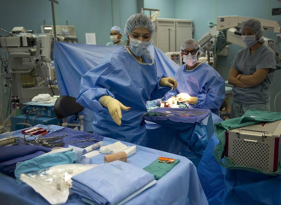 Enfermeros en el quirófano