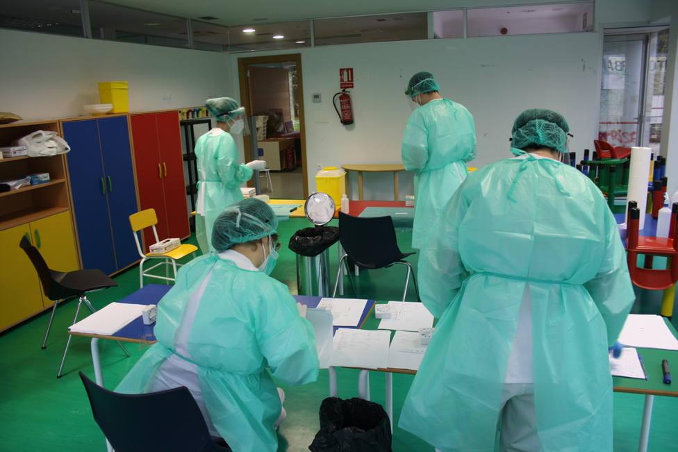 Foto de archivo de sanitarios haciendo pruebas PCR en Ferrol