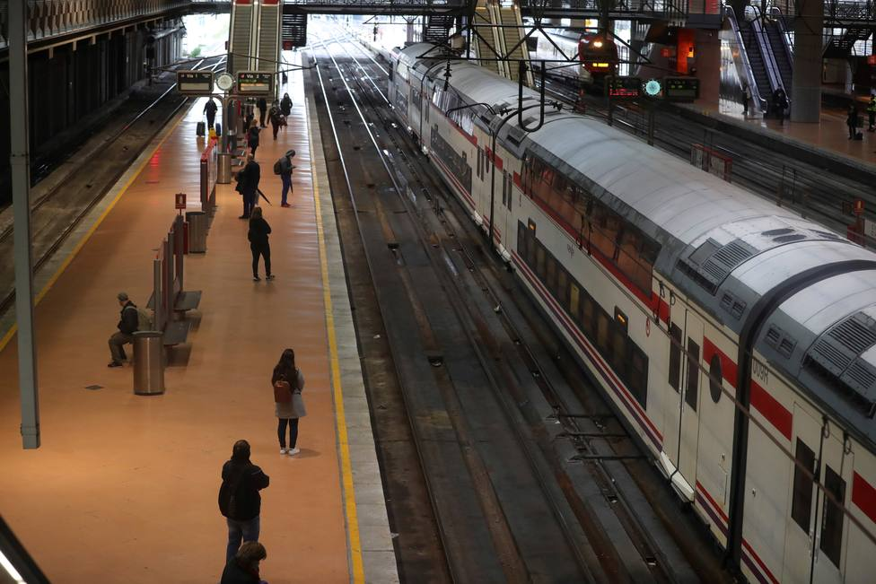 Ábalos estudia el uso obligatorio de mascarillas en trenes y aviones