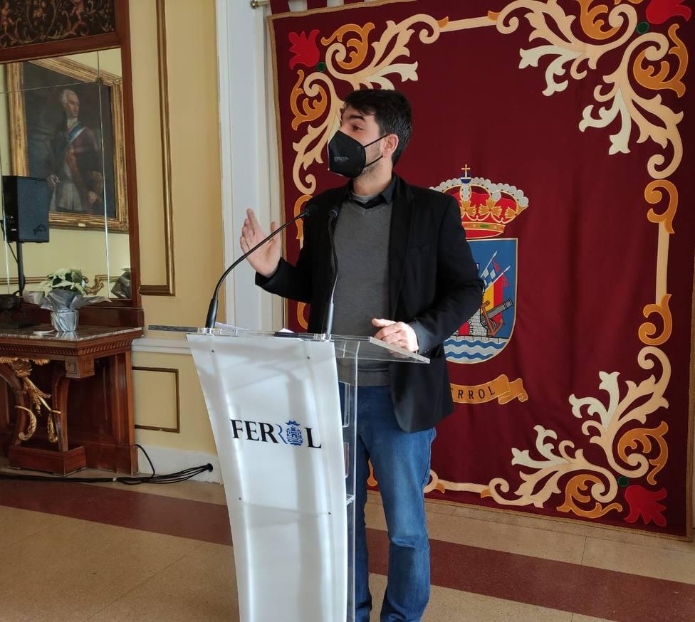 El portavoz del gobierno local ferrolano, Julián Reina, en rueda de prensa. FOTO: Concello de Ferrol