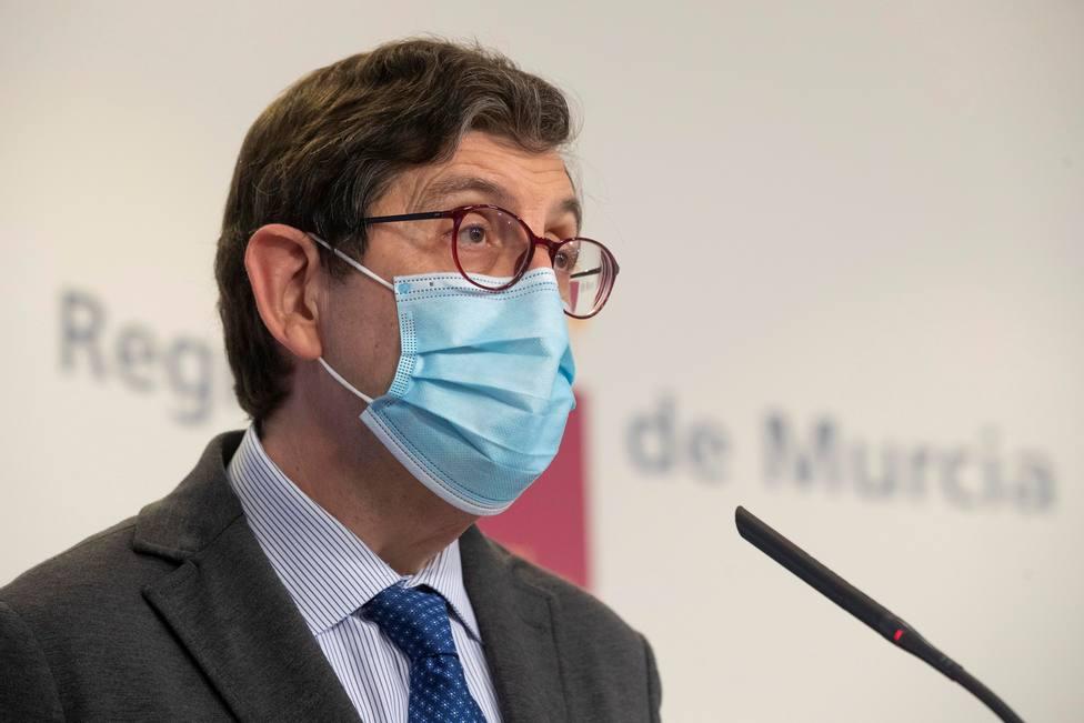 Dimite el consejero de Salud de Murcia tras vacunarse contra el coronavirus